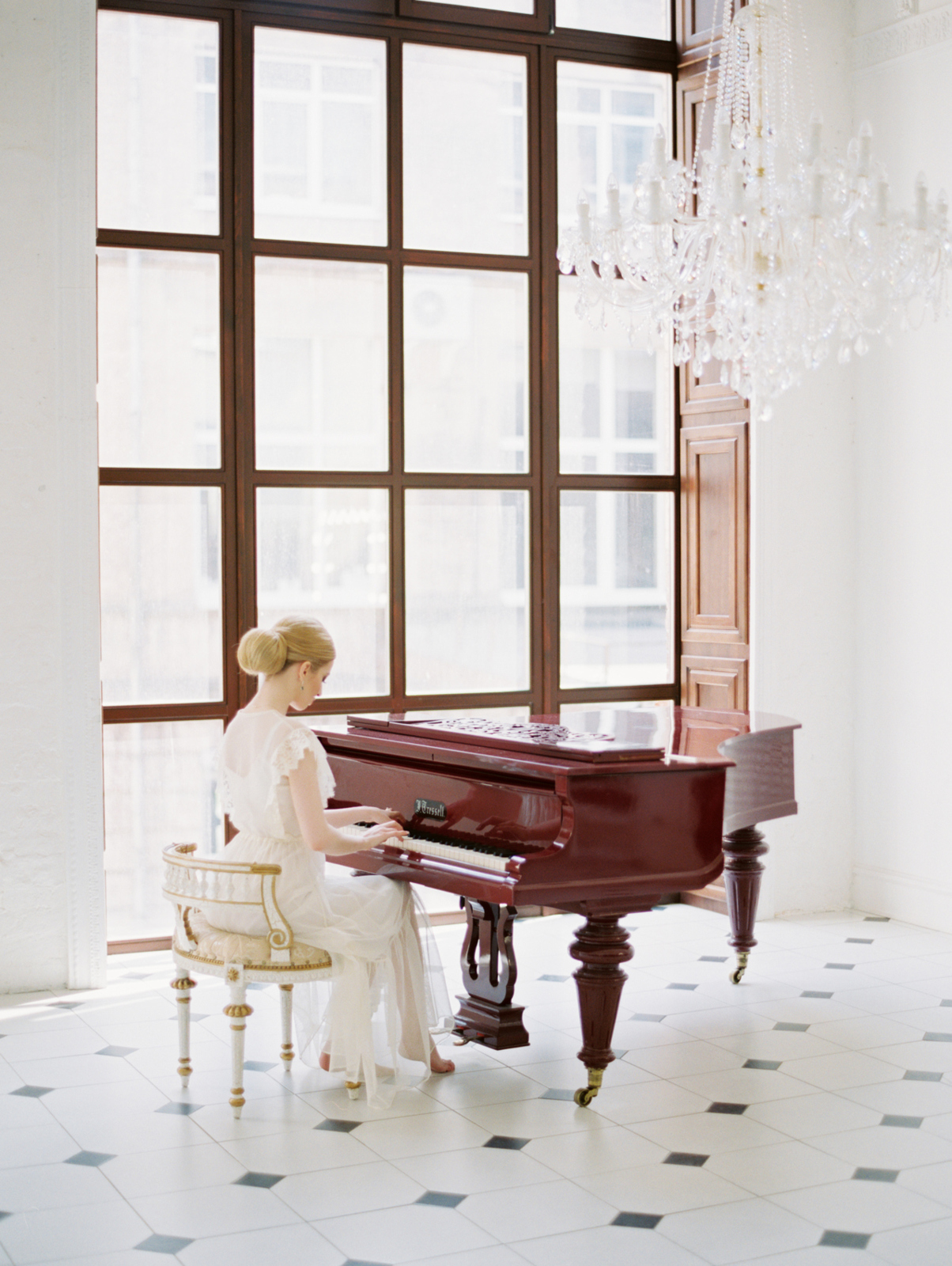 Brides plays the piano