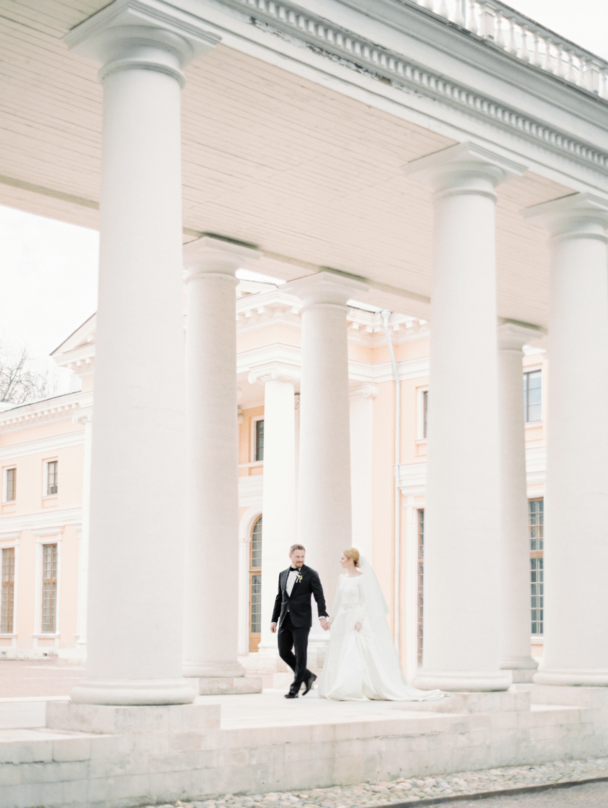 bride and groom colonnade