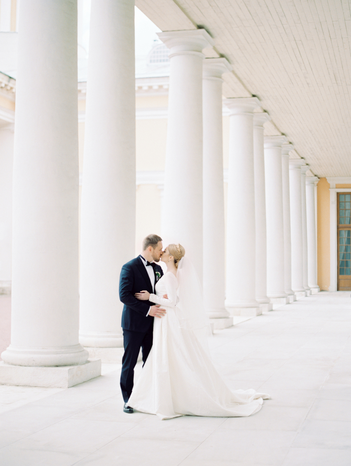 kissing couple in colonnade
